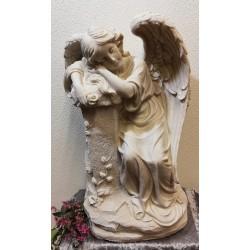 Grote engel met rozenguirlande