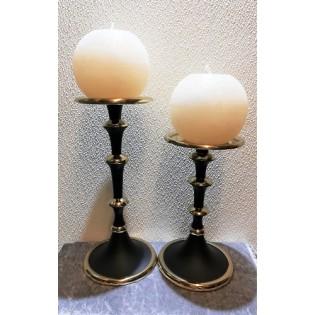Set Kandelaars met kaarsen.